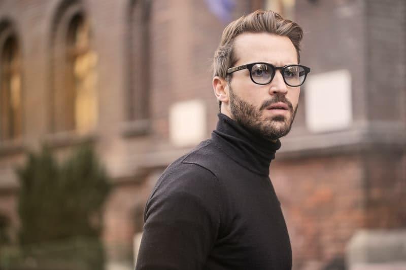 Mann in Brille und schwarzem Rollkragenhemd