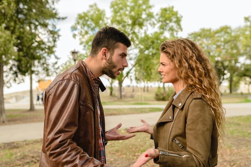 Mann und Frau tragen Lederjacken