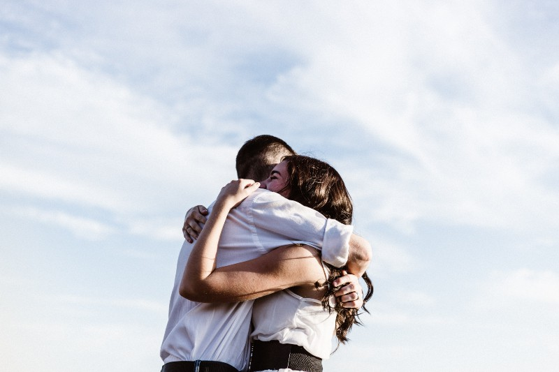 Mann und Frau umarmen sich Fotografie