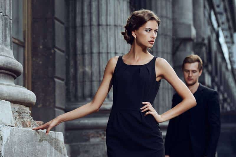 Modestilfoto eines schönen Paares auf einem Stadthintergrund.