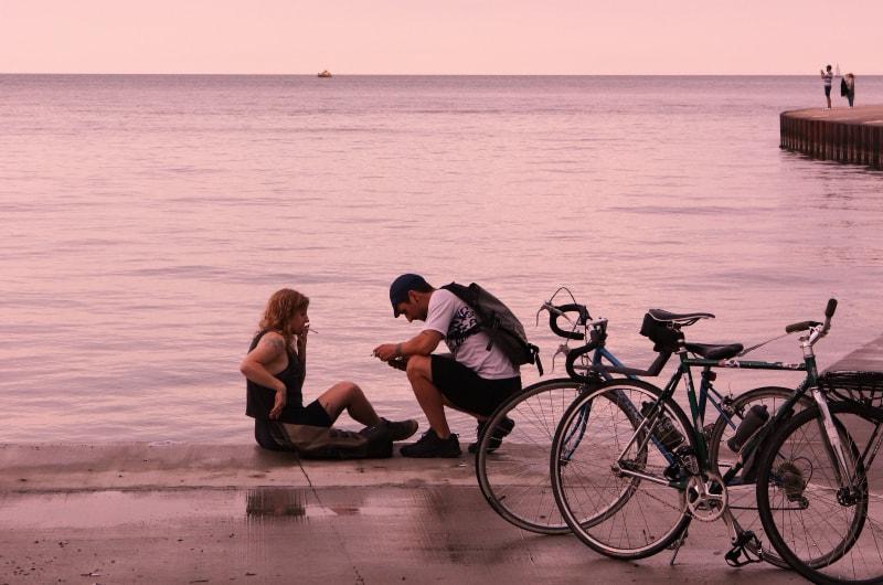 Paar sitzt auf der Straße