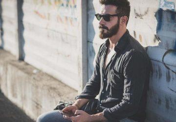 Mann mit Brille setzt sich