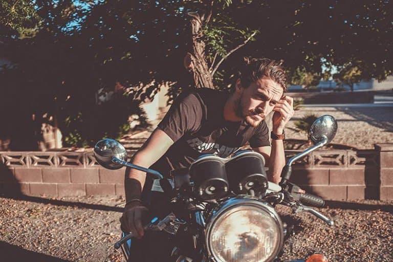 ein Mann sitzt auf einem Motorrad