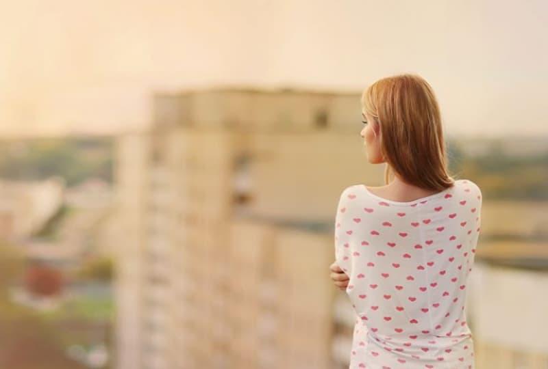 ein einsames Mädchen mit dem Rücken gedreht