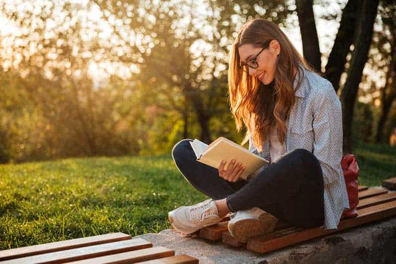 glückliche Frau, die ein Buch liest