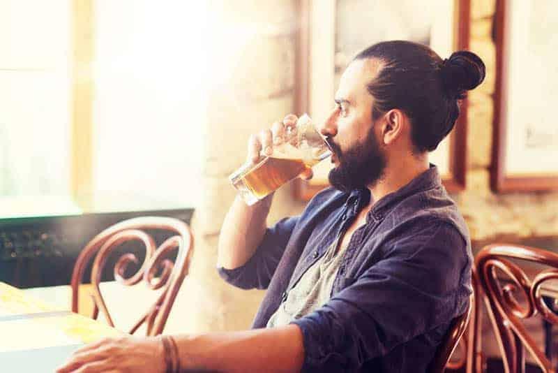 junger Mann, der Bier trinkt