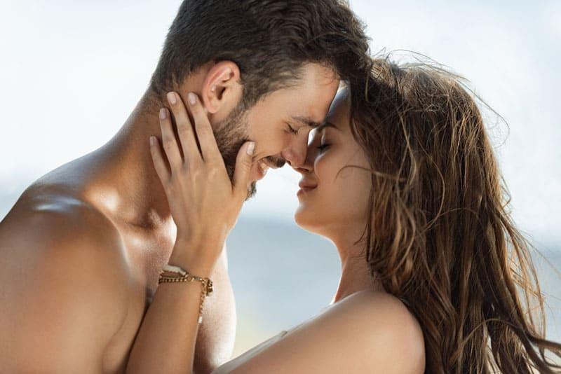 süßes junges Paar kuschelt
