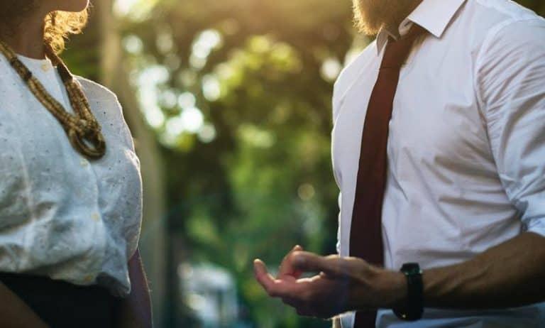 zwei Erwachsene sprechen über Arbeit