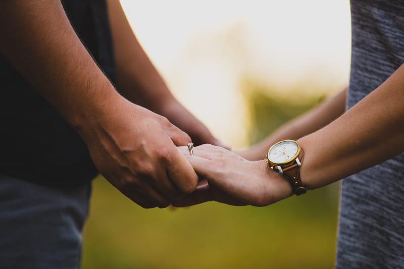 zwei Personen, die sich gegenseitig an den Händen halten