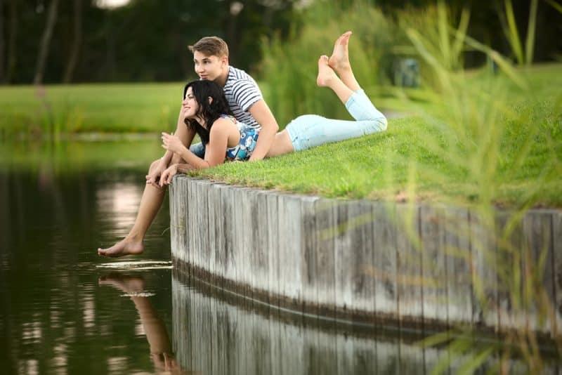 ein liebendes Paar bei einem Treffen am See