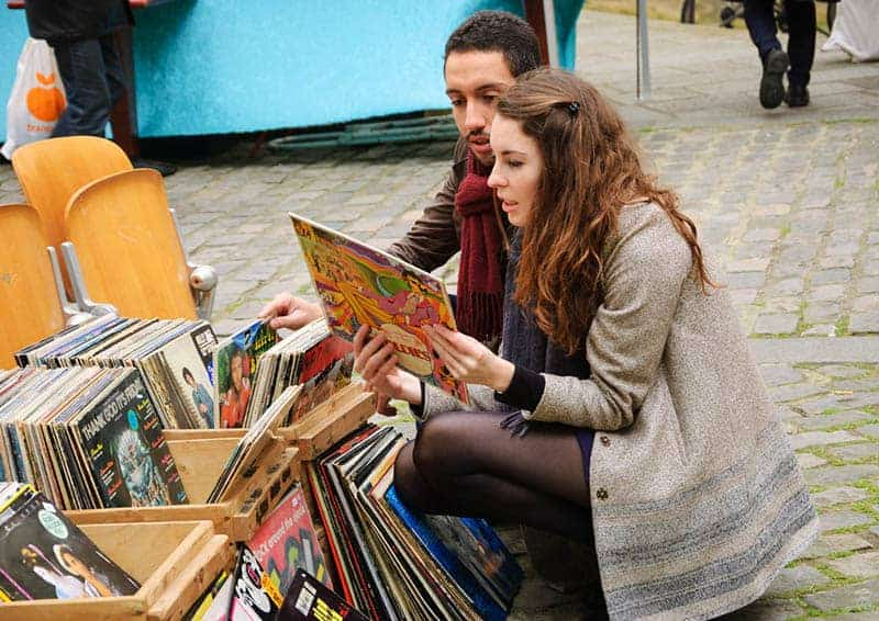 Ein Mann und eine Frau auf dem Markt wählen Musikplatten