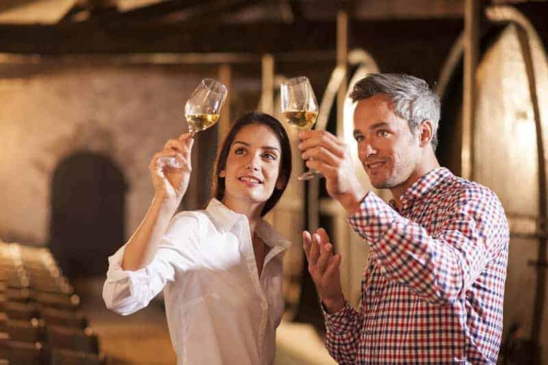 Ein Mann und eine Frau probieren Wein