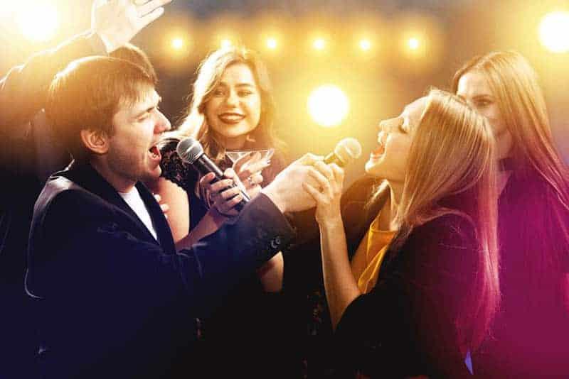 Ein Mann und eine Frau singen Karaoke