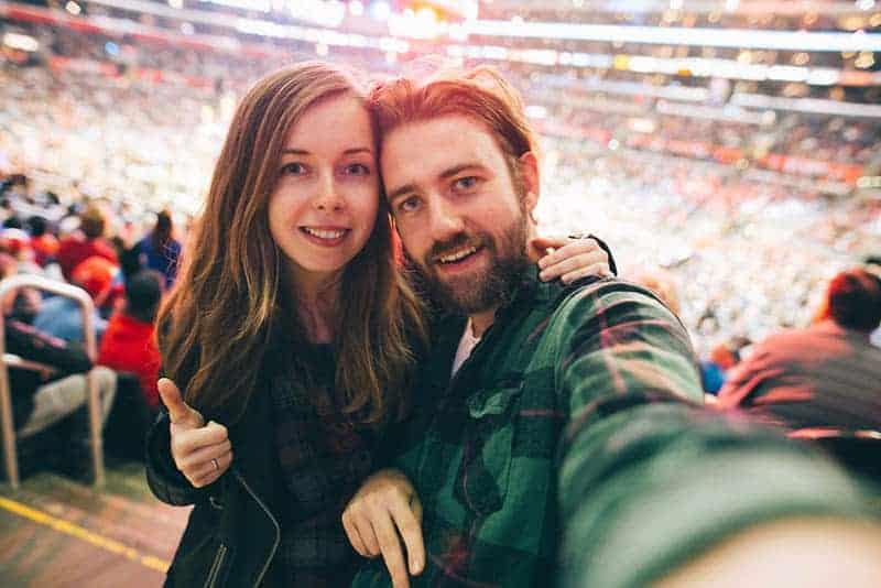 Ein liebendes Paar macht im Stadion ein Selfie-Foto