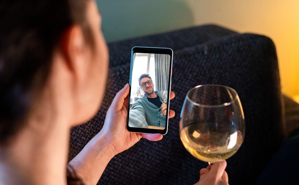 Ein liebevolles Paar, das per Videoanruf spricht