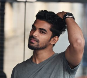 ein gutaussehender Mann mit Bart und schwarzen Haaren