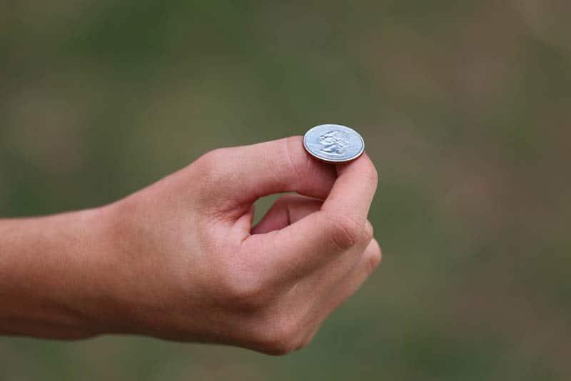 Hand mit einer Münze