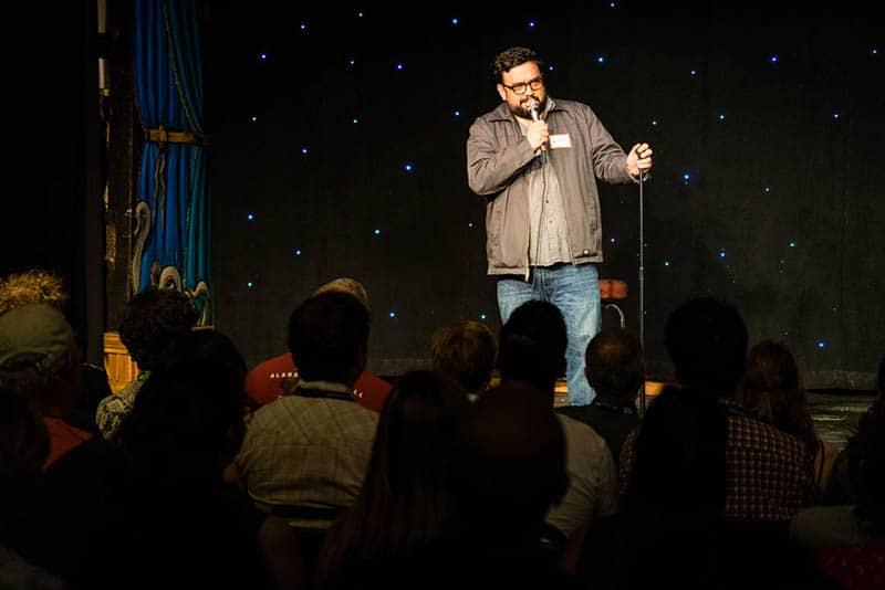 Leistung eines Stand-up-Comedians im Club