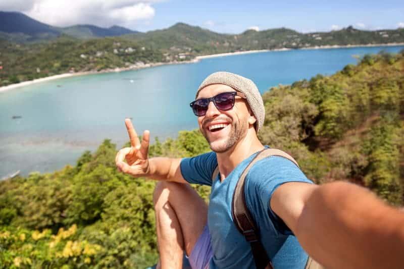 Mann, der Selfie in der Natur nimmt