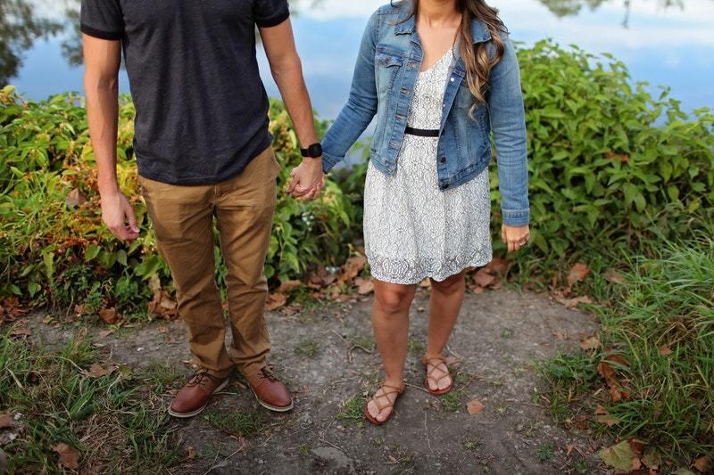 Paar hält ihre Hände