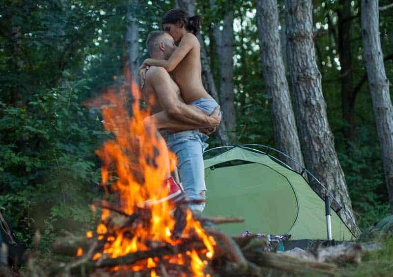 Sex eines jungen Paares im Wald