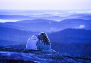 ein Paar sitzt auf einem Berg