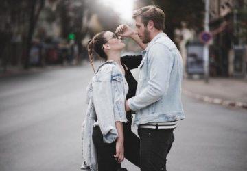 Ein Paar posiert mitten auf der Straße