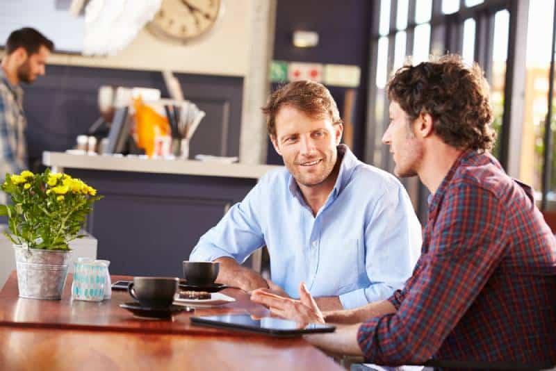 Zwei Männer treffen sich in einem Café