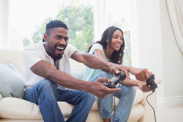 Zwei junge Männer spielen zusammen eine Playstation