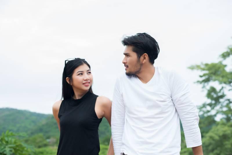 attraktive Frau, die ihrem Freund während eines Dates ernsthaft zuhört