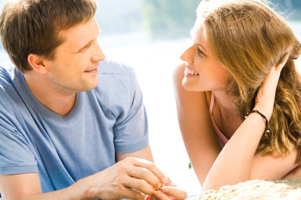 ein Porträt eines liebenden Paares, das spricht