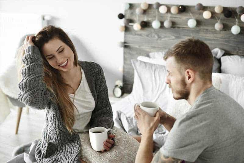 ein glückliches Liebespaar, das Kaffee trinkt und redet