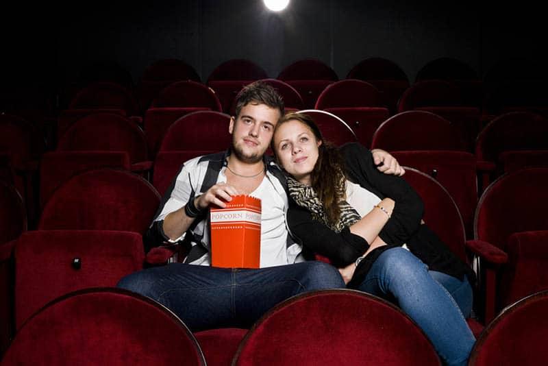ein liebendes Paar im Kino, das einen Film sieht