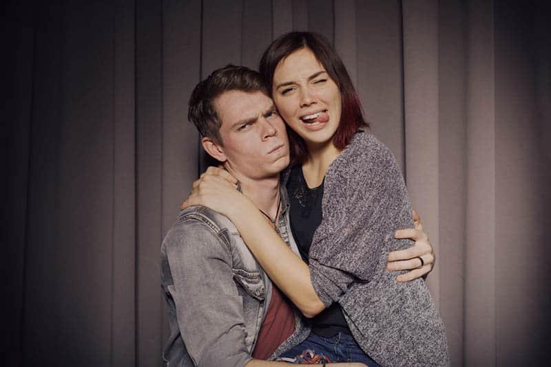 ein liebendes Paar in einer Fotomaschine