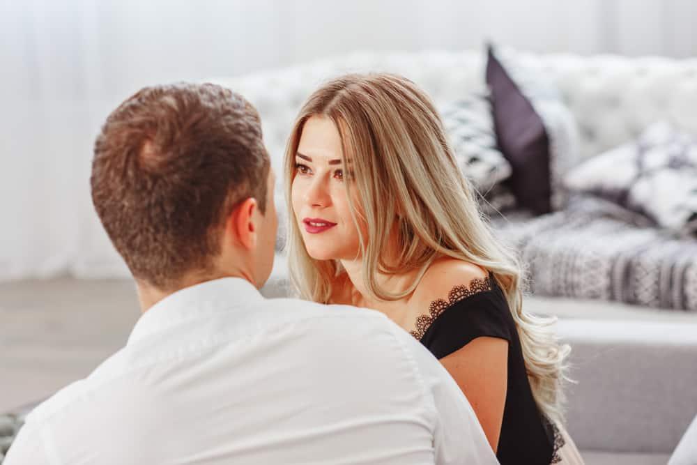 ein liebendes Paar sitzt und schaut sich an