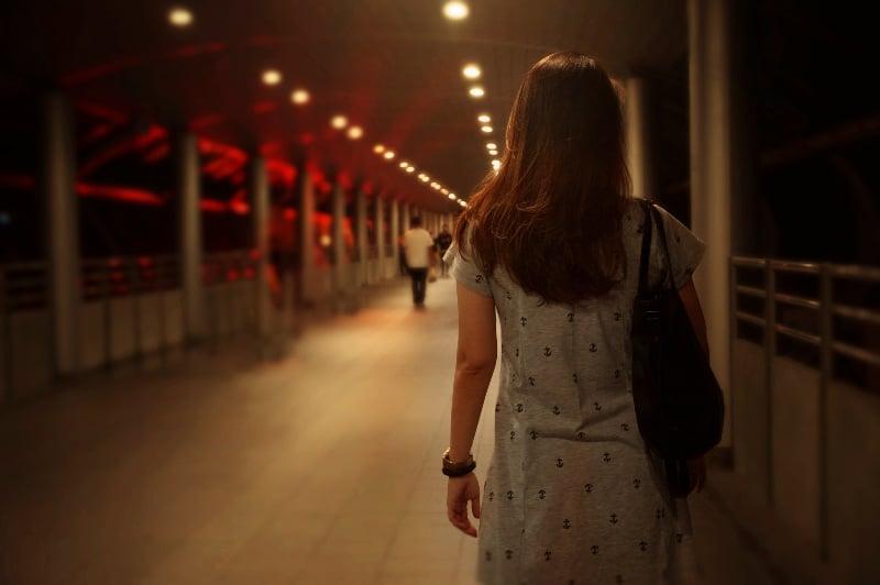 eine Frau, die alleine geht