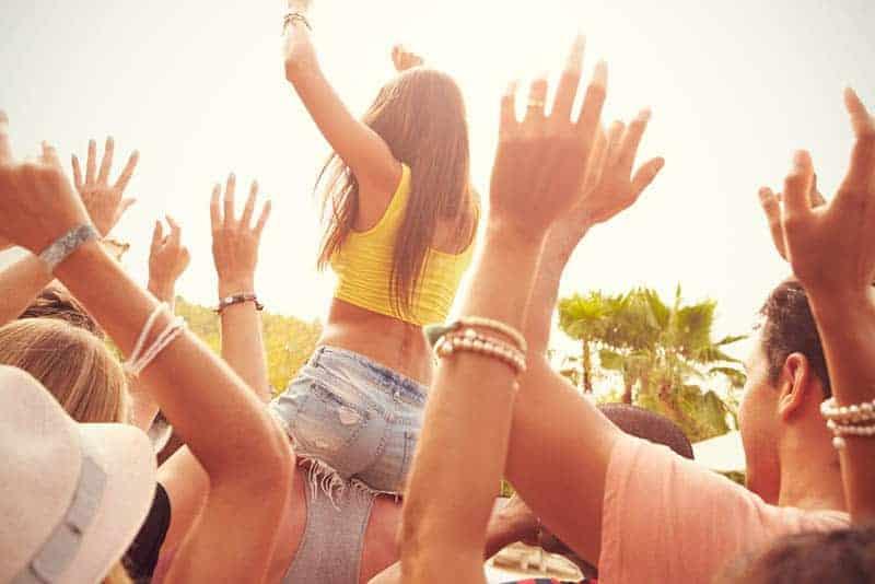 eine Gruppe von Menschen bei einem Konzert