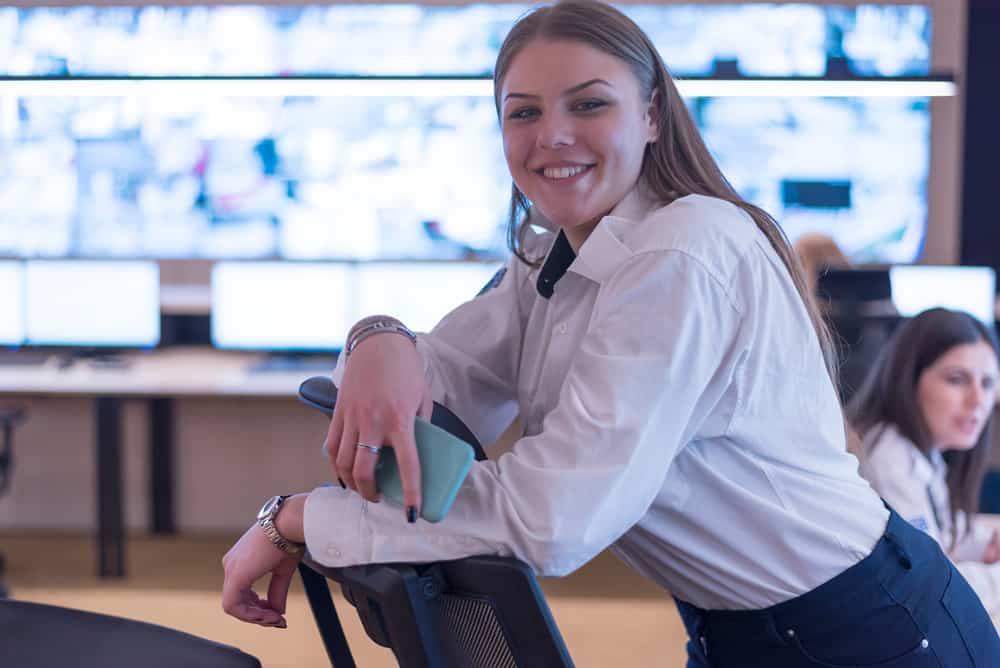 eine lächelnde Geschäftsfrau, die im Büro steht