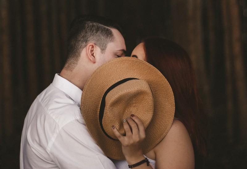 flache Fokusfotografie von Mann und Frau