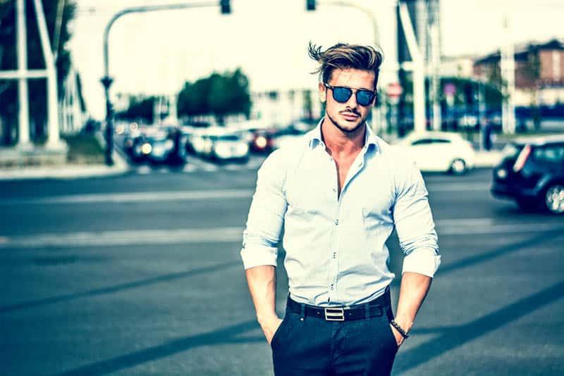 modischer Mann im Hemd und in der Sonnenbrille, die draußen stehen
