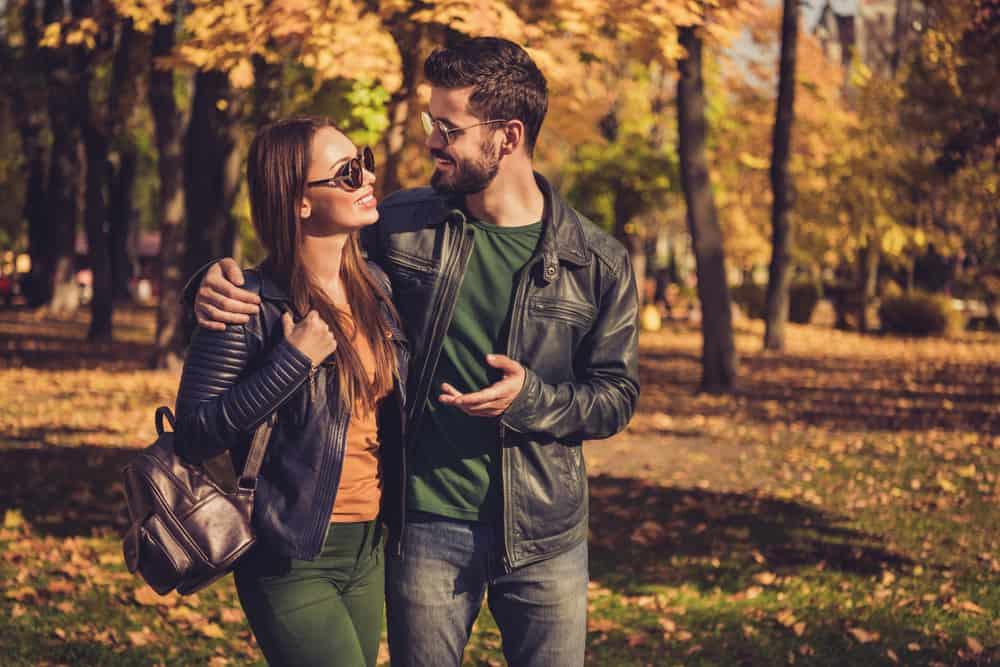 positives romantisches Paar, das geht und spricht