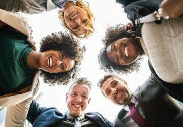 eine Gruppe junger lächelnder Menschen