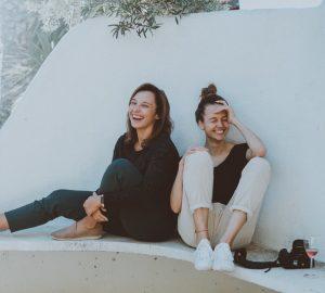 Zwei Freunde sitzen und lachen