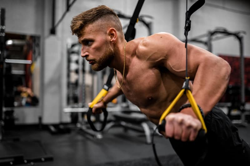 Ein Mann, der im Fitnessstudio trainiert