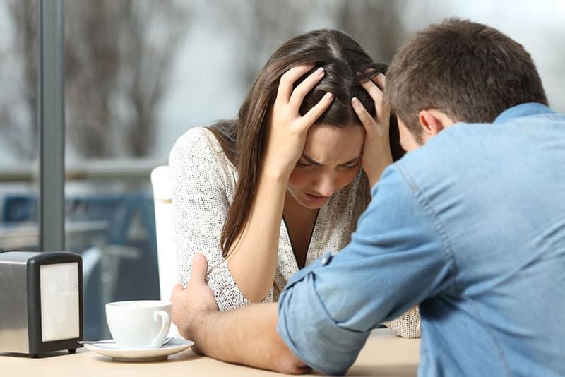Mann tröstet traurige Frau