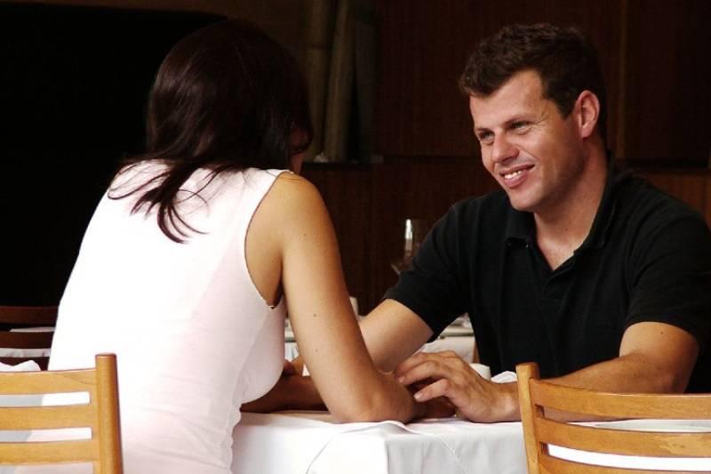 Paar im Restaurant sprechen