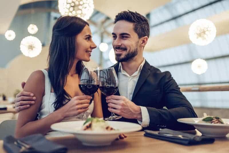 Paar trinkt im Café