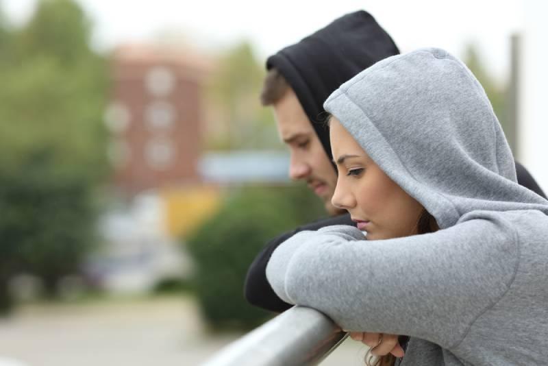 Seitenansicht des unglücklichen Paares in einem Balkon