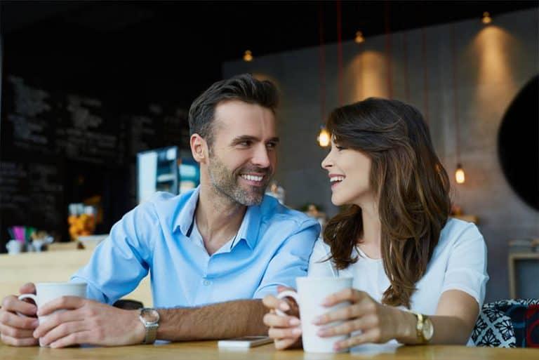 ein Ehepaar mittleren Alters, das in einem Café sitzt