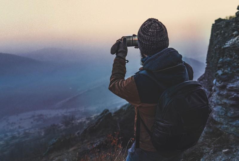 ein Mann, der Berge fotografiert